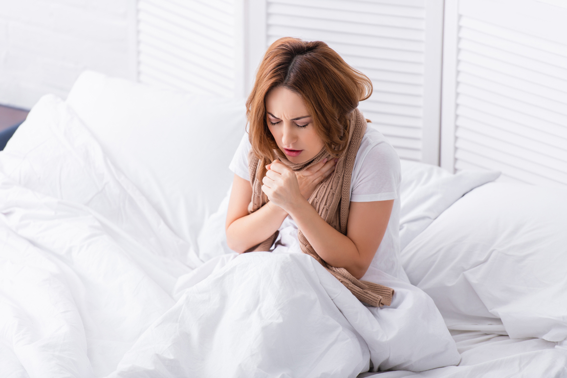 Женщина страдает от кашля