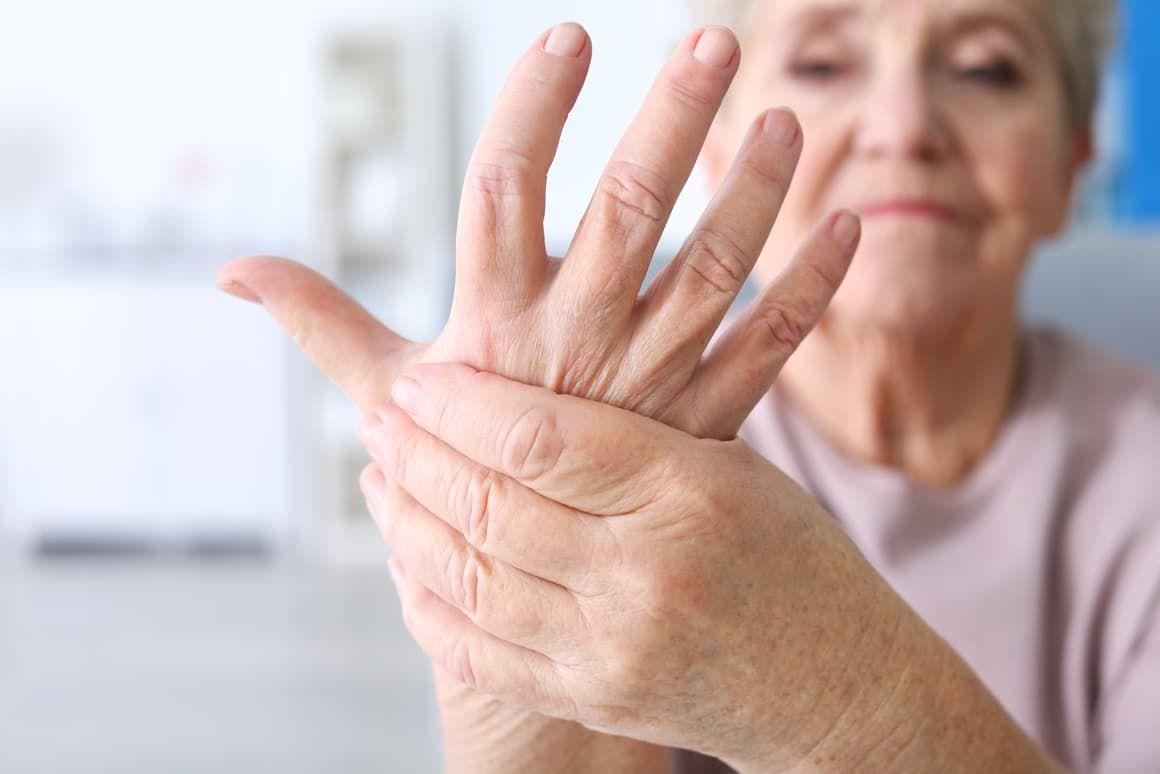 Пожилая женщина страдает от онемения рук